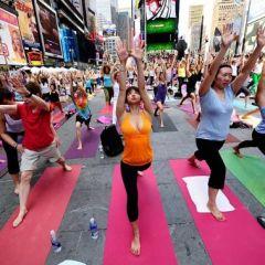 Йога-марафон на Times Square в Нью-Йорке в день летнего солнцестояния (фото)