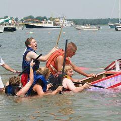 Гонка на картонных лодках