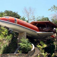 Отель-самолет в Коста-Рике - необычной формы с необычной мебелью