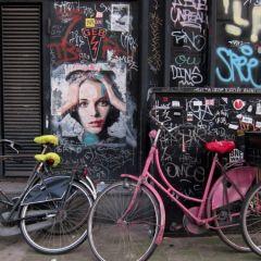 Женщины пятидесятых в граффити
