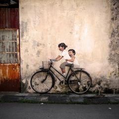 Люди на велосипедах и без на улицах города