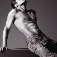Шикарный мужчина в одежде от Armani Jeans