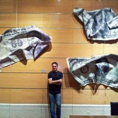 Огромные купюры от художника  Пола Руссо