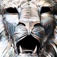 Роскошный лев из 4000 металлических пластин