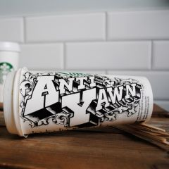 Иллюстрации на стаканах кофе