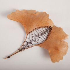 Вышитые листья