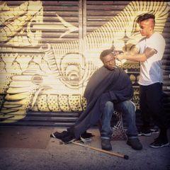 Каждое воскресенье стилист бесплатно стрижет бездомных