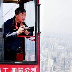Рабочий снимает Шанхай с крана