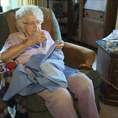 99-летняя бабушка шьет платья для африканских детей