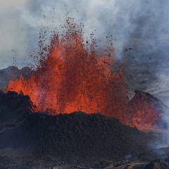 Фотограф приблизился к вулкану ради снимков