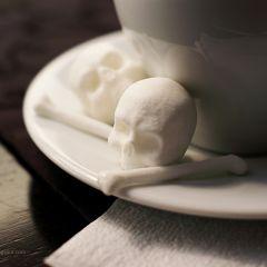 Сахар в форме черепушек и костей