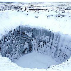 Глубокий кратер на Ямале
