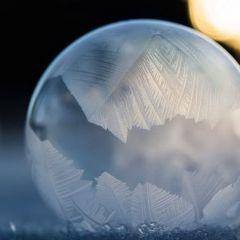 Мыльные пузыри, покрытые инеем