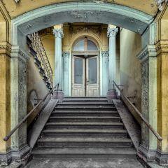 Красивые лестницы заброшенных домов