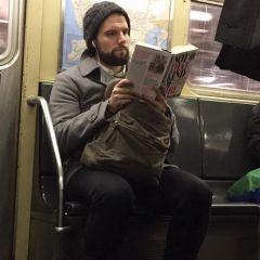 Читающие красивые мужчины