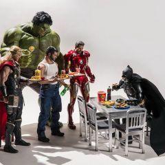 Фигурки супергероев в руках взрослых