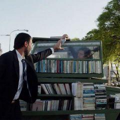 Танк, который ездит по городу и дарит людям книги