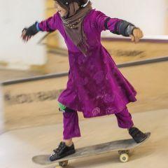 Афганские девочки учатся кататься на скейтбордах