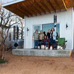 Четверо друзей построили свой городок для жизни