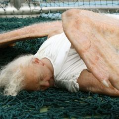 Гиперреалистичная скульптура падшего ангела