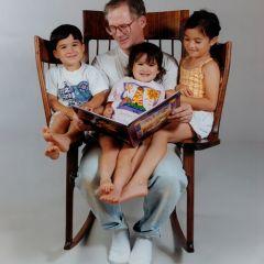 Стул, на котором отец может читать сказки троим детям
