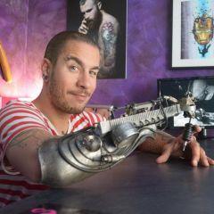Первый татуировщик с протезом-татуировочной машиной
